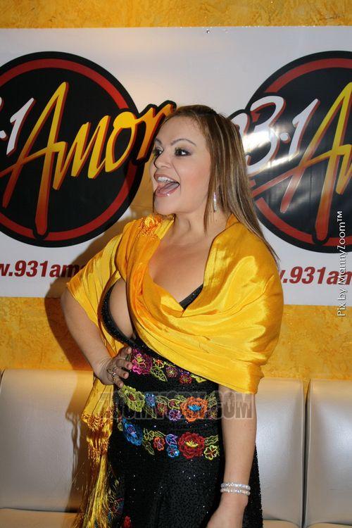 Jenny Rivera bebiendo tequila mientras cantaba